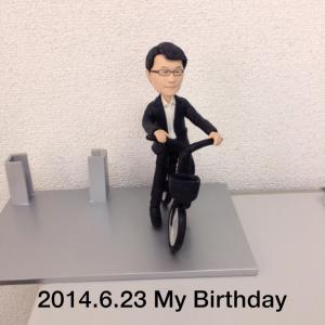 自転車に乗っている人形